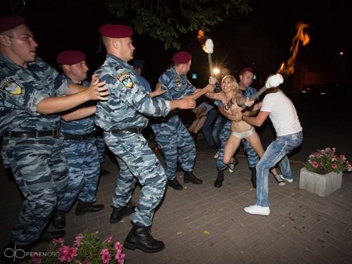 Александра Лукашенко в Киеве атаковали Femen 02