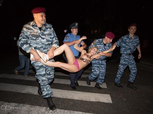 Александра Лукашенко в Киеве атаковали Femen 04