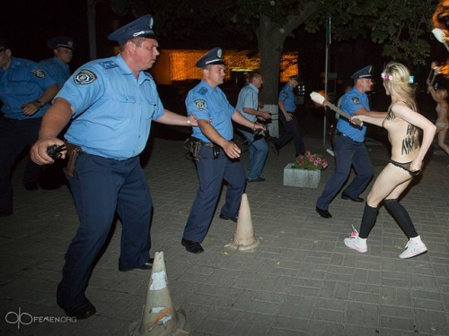 Александра Лукашенко в Киеве атаковали Femen 05