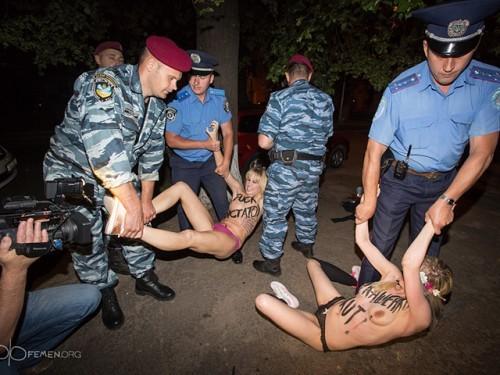 Александра Лукашенко в Киеве атаковали Femen 06