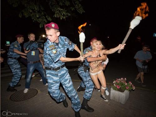 Александра Лукашенко в Киеве атаковали Femen 07