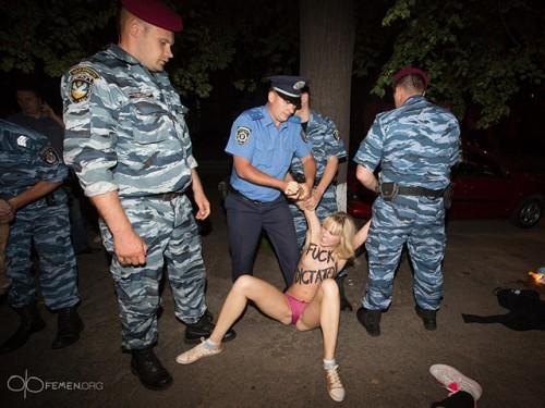 Александра Лукашенко в Киеве атаковали Femen 08