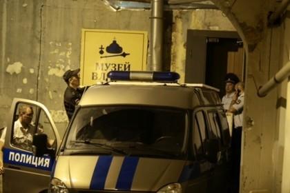 Вывоз полицейскими картин из Музея власти