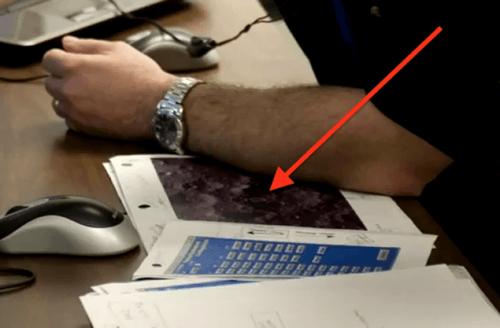 Очень похожее на рукотворное строение «нечто» отлично видно на снимке, лежащем под рукой у одного из сотрудников  центра Эймса
