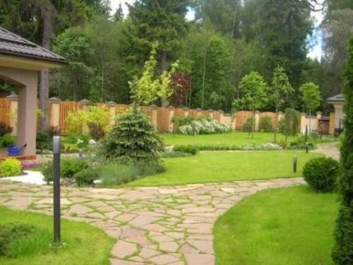 Садовая дорожка на дачном участке