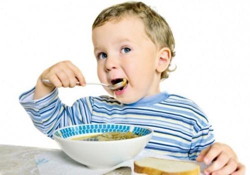 малыш привык кушать на кухне