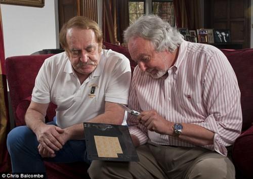 Аллан Грант (слева) и Ларри Гибсон (справа) готовятся продать коллекцию марок в Гонконге