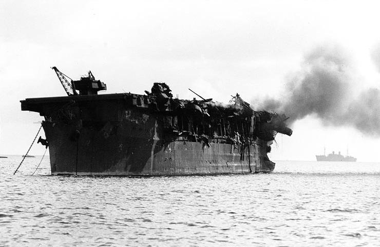 USS_Independence_(CVL-22)_burning