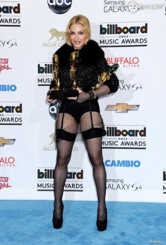 267376-madonna-poses-in-the-press-room-of-the-620x0-1