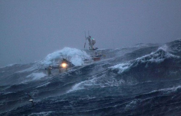 boat_in_storm_06_600x385