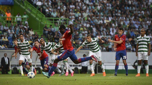 CSKA Moscow's Ivorian forward Seydou Doumbia (C) kicks a penalty during the UEFA Champions League play off football match Sporting Portugal vs CSKA Moscow at the Jose Alvalade stadium in Lisbon  on August 18, 2015.  AFP PHOTO / PATRICIA DE MELO MOREIRA        (Photo credit should read PATRICIA DE MELO MOREIRA/AFP/Getty Images)