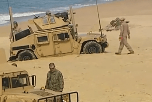 ДЖип увяз в песке