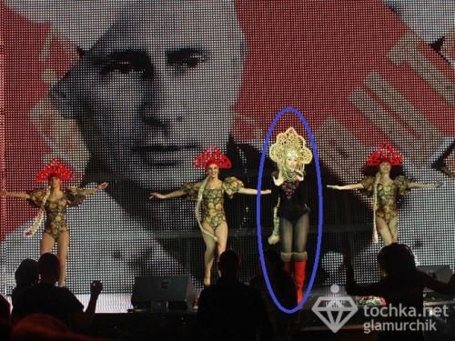 ОП с кокошником на фоне Путина