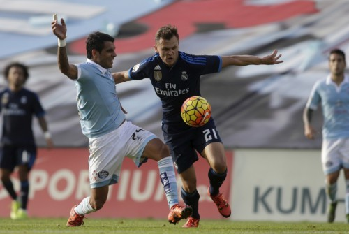Celta Vigo's Augusto Fernandez (L) fights for the ball with Real Madrid's Denis Cheryshev during their Spanish first division soccer match at Balaidos stadium in Vigo, Spain October 24, 2015. REUTERS/Miguel Vidal - RTX1T1C6