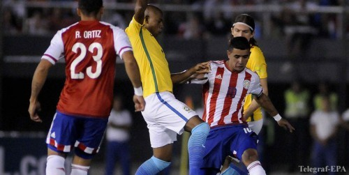 epa05235693 Derlis Gonzalez (R) and Richard Ortiz (L) of Paraguay in action against Fernandinho (C) of Brazil during their FIFA World Cup 2018 Qualification soccer match at Defensores del Chaco Stadium in Asuncion, Paraguay, 29 March 2016. EPA/ANDRES CRISTALDO BENITEZ