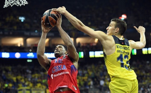 epa05308535 Bogdan Bogdanovic (R) of Fenerbahce Istanbul in action against Kyle Hines of CSKA Moscow in action during the Euroleague Final Four final basketball match between Fenerbahce Istanbul and CSKA Moscow at Mercedes-Benz Arena in Berlin, Germany, 15 May, 2016. EPA/SOEREN STACHE