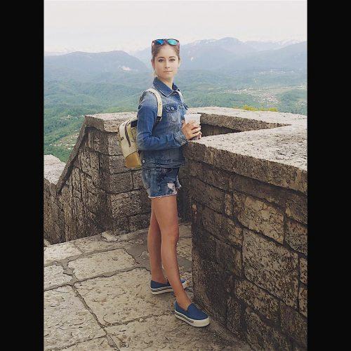 16_Липницкая в шортах со стаканом