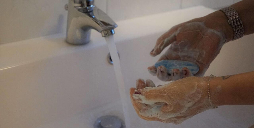 Моет руки антибактериальным мылом