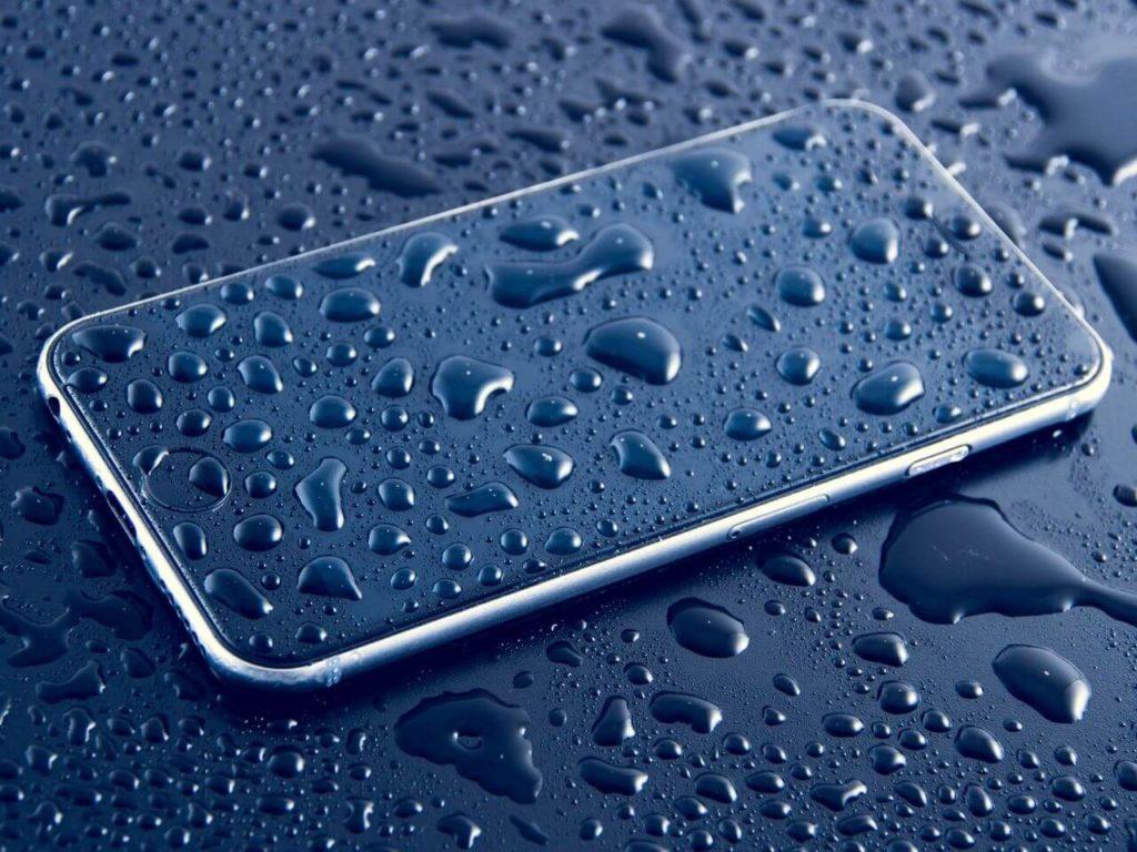 Капли воды на смартфоне